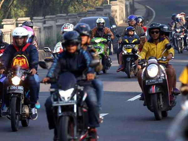 Wajib diketahui! Ini dia kebiasaan buruk saat mengendarai sepeda motor.